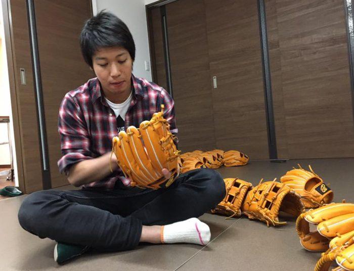 ヤクルト山田選手がドナイヤグラブを選んでいるところ